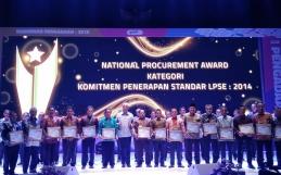 LPSE Kota Banjarbaru Menerima National Procurement Award Kategori Komitmen Penerapan Standar LPSE 2014