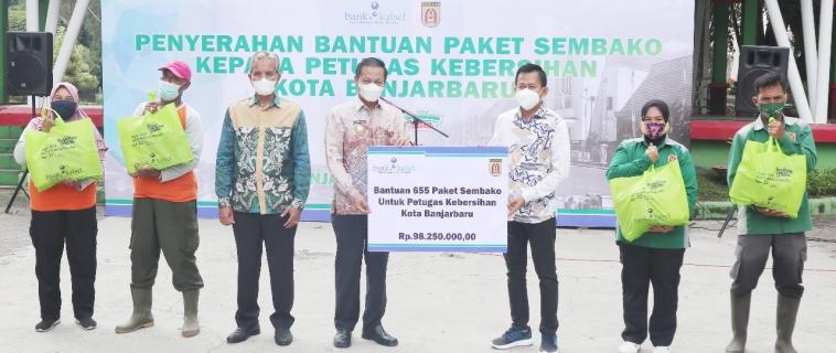Penyerahan Bantuan Sembako kepada Petugas Kebersihan Kota Banjarbaru